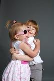 Petits garçon et fille étreignants photo libre de droits