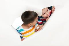 Petits garçons curieux Images stock