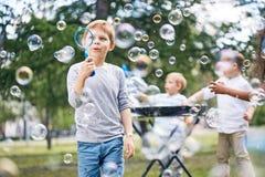 Petits garçons faisant des bulles de savon Photo stock
