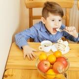 Petits garçons mignons mangeant le dessert sur la cuisine en bois Intérieur à la maison amis adorables de sourire d'amitié ensemb Images stock