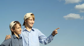 Petits garçons mignons posant dehors Photos libres de droits