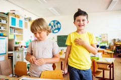 Petits garçons mignons travaillant dans la salle de classe Photographie stock libre de droits
