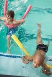 Petits garçons nageant dans la piscine Photographie stock libre de droits