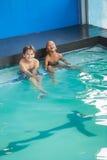 Petits garçons s'asseyant dans la piscine Image libre de droits