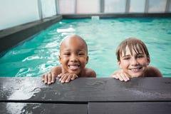 Petits garçons souriant dans la piscine Photographie stock libre de droits
