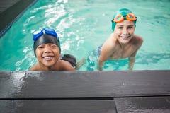 Petits garçons souriant dans la piscine Image stock