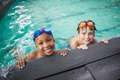 Petits garçons souriant dans la piscine Photos stock