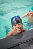 Petits garçons souriant dans la piscine Photo libre de droits