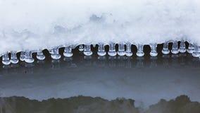 Petits glaçons ronds au-dessus de l'eau Photographie stock