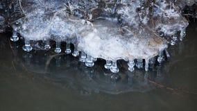 Petits glaçons ronds au-dessus de l'eau Image stock