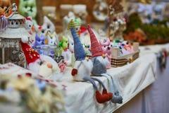 Petits gnomes faits main drôles sur le marché Image libre de droits