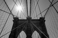 Petits groupes du pont de Brooklyn et du soleil en noir et blanc Photos libres de droits