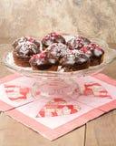 Petits gâteaux de chocolat sur le serveur en verre Image libre de droits