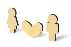 Petits homme et femme en bois avec le symbole de coeur de l'amour Image libre de droits