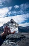 Petits icebergs dans une main Photographie stock libre de droits