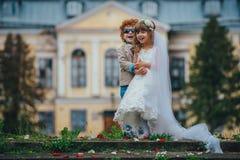 Petits jeunes mariés deux drôles Photos stock