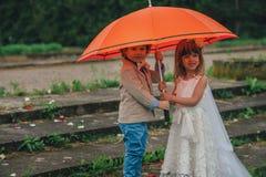 Petits jeunes mariés deux drôles Photographie stock