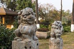 Petits lions en pierre dehors Photographié dans Mianyang Images stock