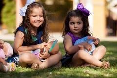 Petits meilleurs amis et leurs poupées Images stock