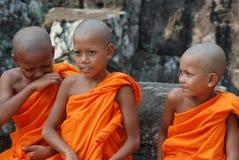 Petits moines au Cambodge images stock