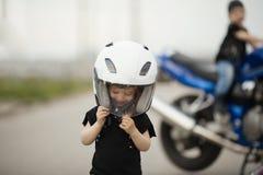 Petits motards sur la route avec la moto Images libres de droits