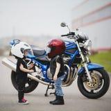 Petits motards sur la route avec la moto Photo stock