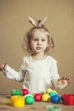 Petits oeufs de pâques mignons de couleur de bébé sur la table en couleurs, heureux Photo stock