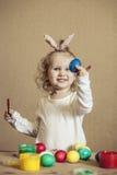 Petits oeufs de pâques mignons de couleur de bébé sur la table en couleurs, heureux Photographie stock