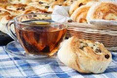 Petits pâtés avec le fromage blanc et les raisins secs Pâtisserie russe photos libres de droits