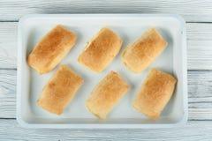 Petits pâtés cuits au four sur une palette Vue supérieure Photos stock