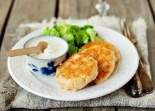 Petits pâtés de la Turquie avec du yaourt, la crème sure et la sauce à moutarde Images libres de droits