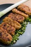 Petits pâtés frais des pommes de terre aux oignons et aux herbes Photo stock