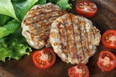 Petits pâtés grillés juteux de viande avec des légumes d'un plat photos stock