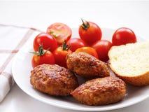 Petits pâtés, tomates-cerises et pain faits maison Photographie stock libre de droits
