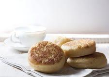 Petits pains anglais faits maison frais avec du beurre Petit déjeuner Photo stock