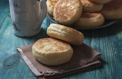 Petits pains anglais faits maison frais avec du beurre Petit déjeuner Photos libres de droits