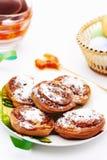 Petits pains avec de la cannelle sur le blanc Photographie stock libre de droits