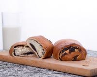 Petits pains avec des clous de girofle d'un plat Image libre de droits