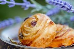 Petits pains avec des raisins secs Dessert Fleurs blanches de lavande vues ?troitement vers le haut photo stock