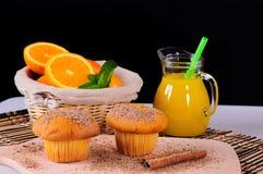 Petits pains avec du jus orange et frais Images stock
