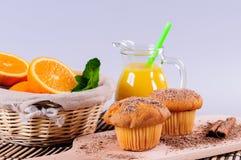 Petits pains avec du jus orange et frais Photo stock