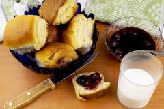 Petits pains avec du lait photo stock
