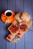 Petits pains avec la confiture et le thé Photos libres de droits