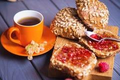 Petits pains avec la confiture et le thé Images libres de droits