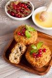 Petits pains avec la groseille rouge, menthe décorée Photos libres de droits