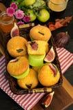 Petits pains avec les figues fraîches dans un panier, sur la table photographie stock libre de droits