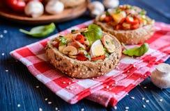 Petits pains bourrés des champignons, du paprika, des oeufs et du lard Image stock