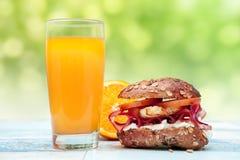 Petits pains bourrés par intégrale avec le jus-chrono- régime orange Photos libres de droits