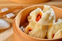 Petits pains braisés de porc dans le plateau en bambou dans le restaurant Photos stock