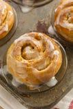 Petits pains collants faits maison de petit pain de cannelle Images libres de droits